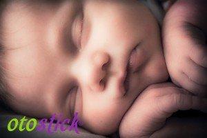 Bebé durmiendo y logo de Otostick